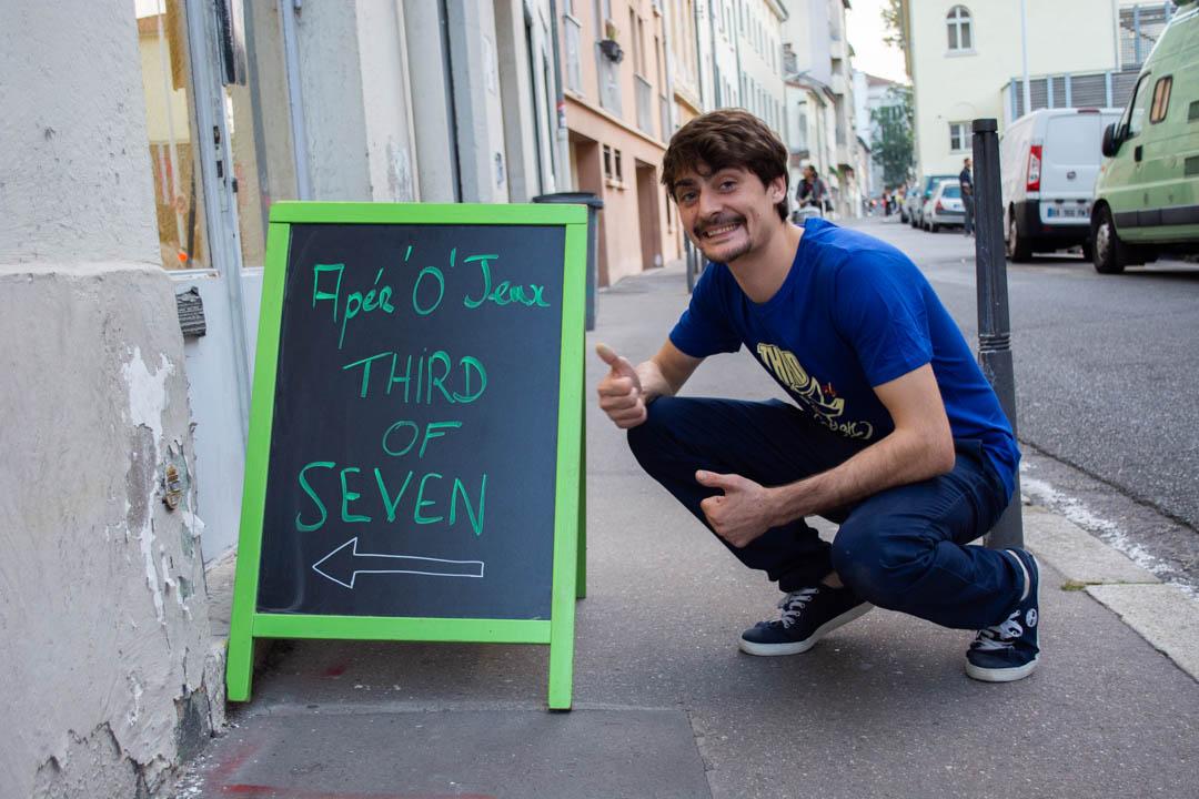 Samir devant l'association Third of Seven. Devenir bénévole. Bénévolat